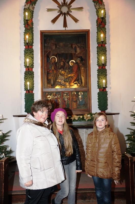 Vor dem Altar der Stille Nacht Kapelle